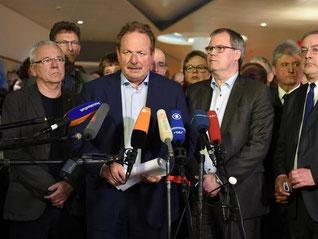 Die Verhandlungsführer präsentieren die Einigung in Potsdam. Foto: Britta Pedersen