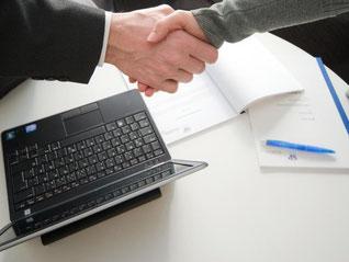 Kunden sollten dem Finanzberater nicht blind vertrauen. Laut Verbraucherchützern sind besonders häufig empfohlenen Lebensversicherungen oft teuer und wenig rentabel. Foto: Andrea Warnecke