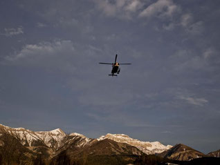 Ein Rettungshubschrauber im Landeanflug in Seyne-Les-Alpes. Foto: Daniel Karmann