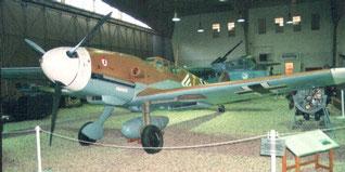 Foto aus Wikipedia: Messerschmitt Bf 109 G-2; Umbau aus einer spanischen Hispano Aviacion H.A. 1109 K-1-L (Luftwaffenmuseum Berlin-Gatow) * Quelle: Privatfotografie * Fotograf:  Norbert Radtke - 2003