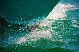 Schiffsbug durchschneidet das Wasser