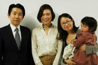 左から梅村聡さん、熊田、宋美玄さんと娘の真美ちゃん