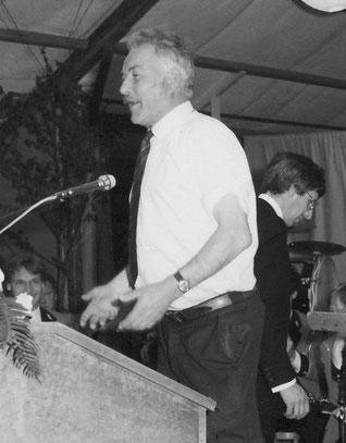 """Chäpp Schmuckli in seinem Element anlässlich des Jubiläums """"75 Jahre Feuerwehr Netstal""""."""