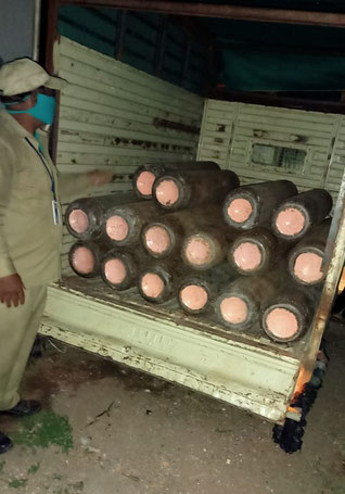 Einige Sauerstoffzylinder werden am Karuna Hospital in Manmad angeliefert
