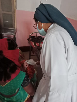 Schwester Maria bei der Versorgung einer COVID-Patientin mit ihrem Neugeborenen