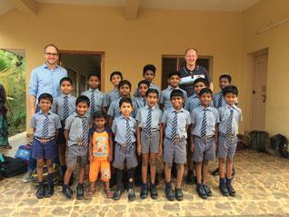Schulkinder in Singannagudem (Andhra Pradesh) beim Besuch unserer beiden Vorstände Frank Hankemann und Oliver Prinz im März 2018