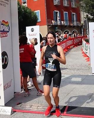 Nicole Klingler überquert die Ziellinie als Vierte im Damenfeld