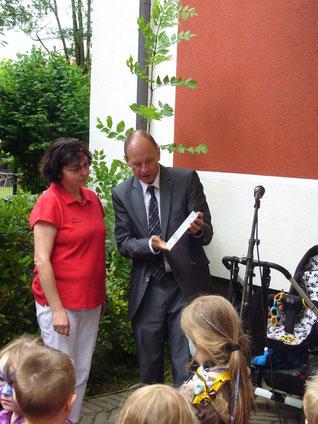 Oberbürgermeister Bernd Tischler übergab die erste Klimaschutz-Zertifizierung für einen Bottroper Kindergarten.