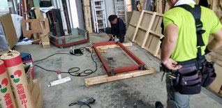 自社で使う架台をつくっている、鋼材を自分たちで溶接して枠を作っている