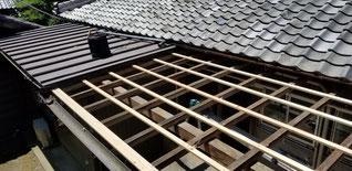 既設の屋根波板材をめくり木を打ち直した