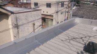屋根面の怪しいポイントにコーキング処理を行った。