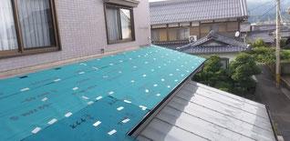防水効果のある紙が屋根に敷きこんである