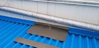 一時的な処置で簡易的な水切りを屋根の上に乗せた