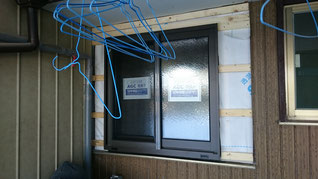 窓が新しい窓になっていてその周りの板金がめくられている