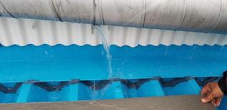 雨漏れの原因 上のパイプから水が大量に漏れている