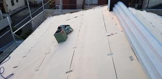 屋根に断熱材のシートを敷いている