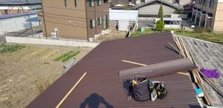 小波鉄板の屋根を伏せて一部分だけ固定している