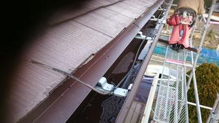 屋根の下、樋の上に水切りがかかっている
