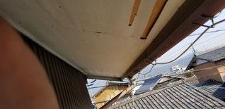 天井の施工前。ベニヤがはがれている