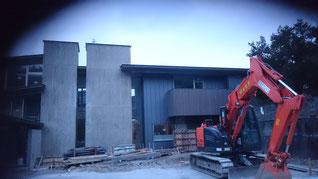 立平が外壁にはる工事がほぼ終わっている
