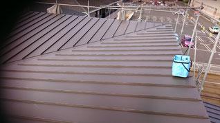 立平屋根の下り谷部分の様子斜めに谷があり直行して二方向から屋根が葺かれている
