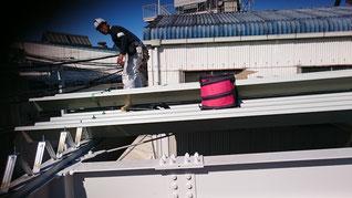屋根を持って梁の上にのせて取り付けている