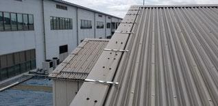 屋根のケラバ包みにL型の金物で押さえている