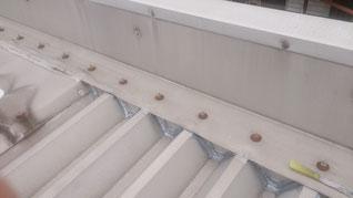 屋根の水上のエプロンにコーキング処理を行い水の侵入を防いでいる