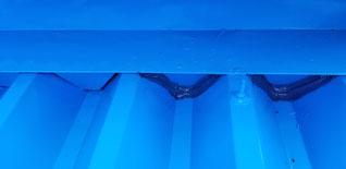 面戸と屋根の隙間にコーキングを塗っている
