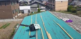 既設屋根にコンパネを載せてその上にルーフィングを貼っている