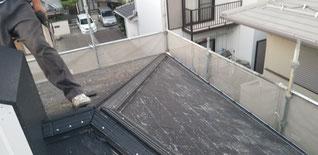 既設の棟、棟下地を撤去後換気下地を並べて固定している