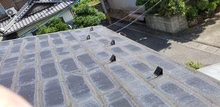 既設の屋根にアスファルトシングルの屋根が貼られている