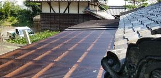 茶色い小波ポリカが下屋根にはってある