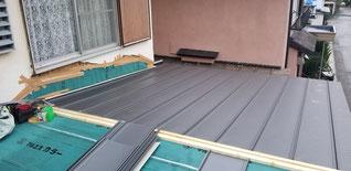 立平の屋根を片面ずつ仕上げている