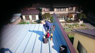 瓦棒といわれる縦葺きの屋根