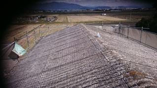施工前のスレート大波の屋根、傷んでいる