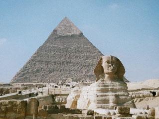 Die Große Sphinx vor der Chephren-Pyramide. (Q: Wikipedia, Hajor 2002).