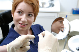 Die Prophylaxehelfering erklärt geeignete Mundhygienehilfsmittel