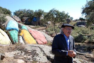 Agustín Ibarrola explica una de sus piedras pintadas en la Dehesa Garoza de Muñogalino, Avila.