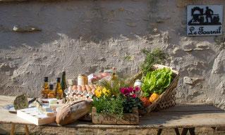 Pour votre plus grand plaisir, se joindront à nos fromages de chèvre fermiers, le pain cuit au four à bois et de nombreux produits locaux.