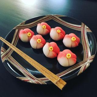 たねや製 薯蕷練切「冬一輪」。紅の侘助(椿)の意匠です。