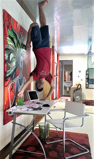 freaky finance, freaky travel, upsie down house, Mann umgedreht auf Schreibtisch