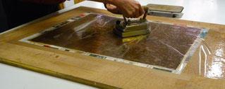Fluidification au fer chaud de l'adhésif de refixage (colle de peau)