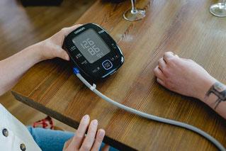 Gesundheitsberatung mit Blutdruckmessung