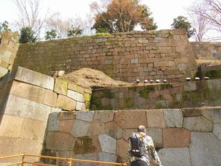 高い石垣が特徴