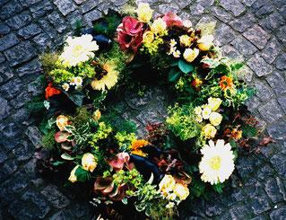 Trauerkranz mit Blüten