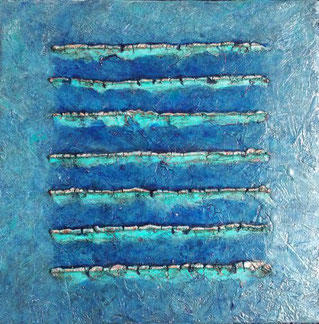 Een grijsblauw craquelé schilderij, met daarop in het midden een krachtigerblauw vierkant. Op dat vierkant zijn dunne stroken geribbelde craquaelé randjes aangebracht met koperkleur