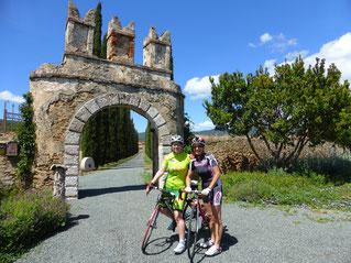 Zwei Mädchen glücklich in der Toskana