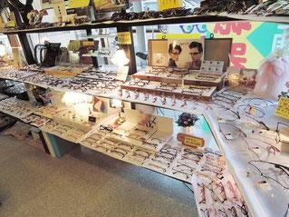 群馬県桐生市の(株)福田時計店には400本を超えるメガネフレームがあります