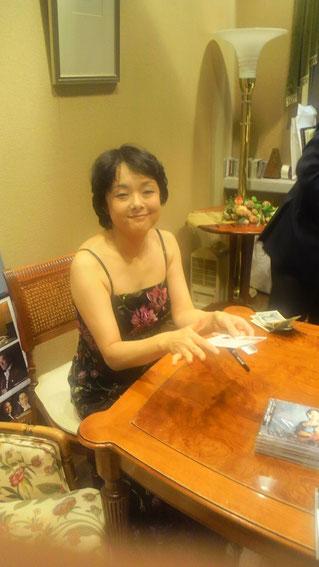 CDにサインをする川田知子さん
